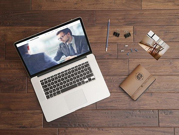 free_macbook_pro_wooden_table_mockup_psd