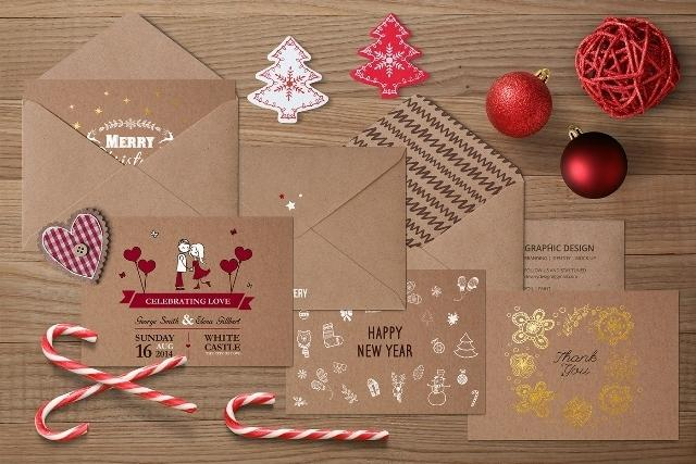free_photorealistic_invitation_mockup_wooden_background